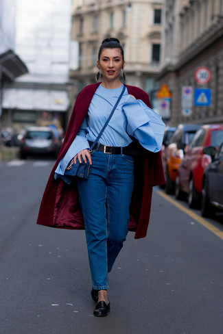 Wie kombinieren: dunkelroter Mantel, hellblaue Langarmbluse, blaue Jeans, schwarze Leder Slipper