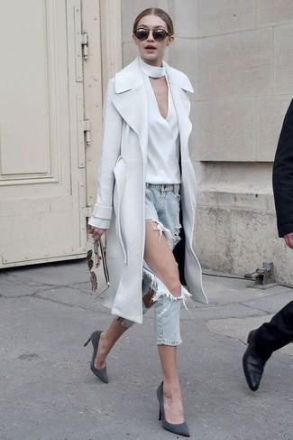 Wie kombinieren: weißer Mantel, weiße Langarmbluse, hellblaue Jeans mit Destroyed-Effekten, dunkelgraue Wildleder Pumps