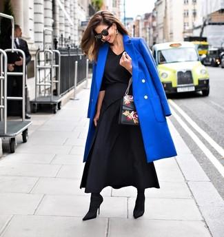Wie kombinieren: blauer Mantel, schwarze Langarmbluse, schwarzer Maxirock mit Falten, schwarze elastische Stiefeletten