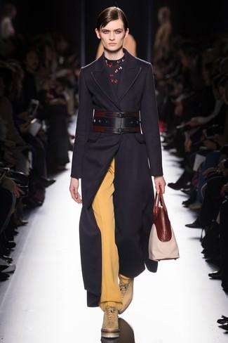 Dunkelblauen Mantel kombinieren – 189 Damen Outfits: Die Paarung aus einem dunkelblauen Mantel und einer gelben weiter Hose bietet die perfekte Balance zwischen unkompliziertem Freizeit-Look und femininem Stil. Machen Sie diese Aufmachung leger mit beige flache Stiefel mit einer Schnürung aus Leder.