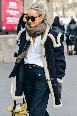 Wie kombinieren: dunkelblauer Mantel, weiße Leinen Langarmbluse, dunkelblaue weite Hose aus Jeans, gelbe Wildleder Beuteltasche