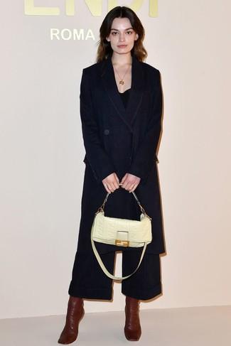 Hellbeige Satchel-Tasche aus Leder kombinieren: Wenn Sie ein entspanntes Trend-Outfit erreichen müssen, probieren Sie die Kombi aus einem dunkelblauen Jeansmantel und einer hellbeige Satchel-Tasche aus Leder. Vervollständigen Sie Ihr Look mit dunkelroten Leder Stiefeletten.