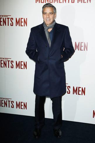 George Clooney trägt dunkelblauer Mantel, dunkeltürkises Langarmhemd, schwarze Anzughose, schwarze Leder Derby Schuhe