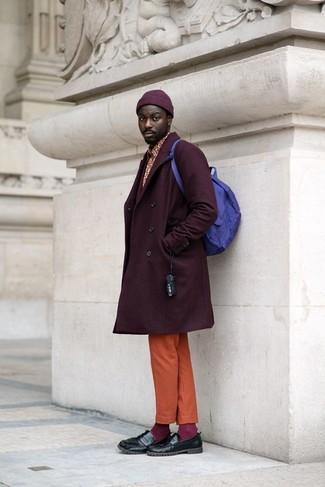 Wie kombinieren: dunkellila Mantel, rotes bedrucktes Langarmhemd, orange Chinohose, schwarze Leder Slipper