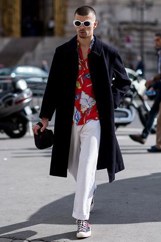 Wie kombinieren  schwarzer Mantel, rotes bedrucktes Langarmhemd, weiße  Chinohose, dunkelblaue hohe Sneakers f1c3f5c738