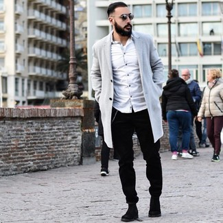 Wie kombinieren: grauer Mantel, weißes Langarmhemd, schwarze Cord Chinohose, schwarze Chelsea-Stiefel aus Wildleder