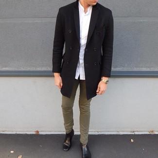 Wie kombinieren: schwarzer Mantel, weißes Langarmhemd, olivgrüne Chinohose, schwarze Chelsea-Stiefel aus Leder
