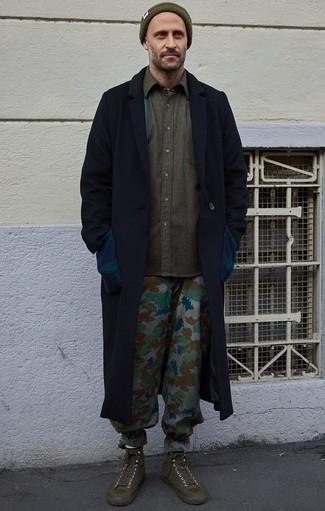 Dunkelgraue Chinohose kombinieren – 500+ Herren Outfits kalt Wetter: Die Paarung aus einem dunkelblauen Mantel und einer dunkelgrauen Chinohose ist eine perfekte Wahl für einen Tag im Büro. Fühlen Sie sich ideenreich? Komplettieren Sie Ihr Outfit mit olivgrünen hohen Sneakers aus Segeltuch.