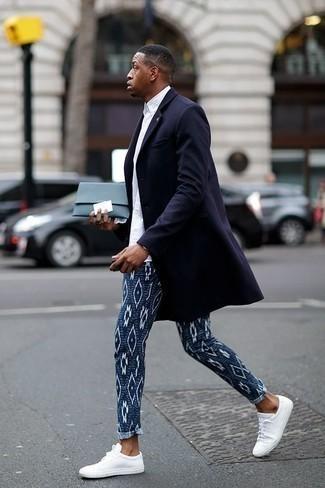 Niedrige Sneakers kombinieren: trends 2020: Kombinieren Sie einen dunkelblauen Mantel mit einer dunkelblauen bedruckten Chinohose für einen für die Arbeit geeigneten Look. Wenn Sie nicht durch und durch formal auftreten möchten, ergänzen Sie Ihr Outfit mit niedrigen Sneakers.