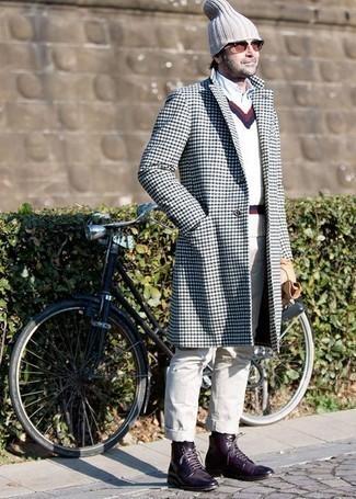 Dunkelrote Sonnenbrille kombinieren: trends 2020: Entscheiden Sie sich für einen weißen und dunkelblauen Mantel und eine dunkelrote Sonnenbrille für einen entspannten Wochenend-Look. Vervollständigen Sie Ihr Outfit mit einer dunkellila Lederfreizeitstiefeln, um Ihr Modebewusstsein zu zeigen.