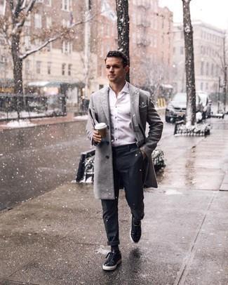 Dunkelgraue Chinohose kombinieren – 500+ Herren Outfits kalt Wetter: Vereinigen Sie einen grauen Mantel mit einer dunkelgrauen Chinohose für einen für die Arbeit geeigneten Look. Fühlen Sie sich ideenreich? Komplettieren Sie Ihr Outfit mit schwarzen Wildleder niedrigen Sneakers.