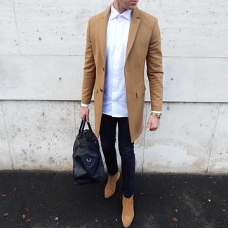 Wie kombinieren: camel Mantel, weißes Langarmhemd, dunkelblaue enge Jeans, beige Chelsea-Stiefel aus Wildleder