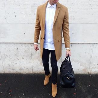 Wie kombinieren: camel Mantel, weißes Langarmhemd, schwarze enge Jeans, beige Chelsea-Stiefel aus Wildleder