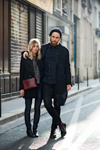Dunkelblaues Langarmhemd kombinieren: Vereinigen Sie ein dunkelblaues Langarmhemd mit schwarzen engen Jeans für ein Alltagsoutfit, das Charakter und Persönlichkeit ausstrahlt. Fühlen Sie sich mutig? Wählen Sie schwarzen Leder Derby Schuhe.