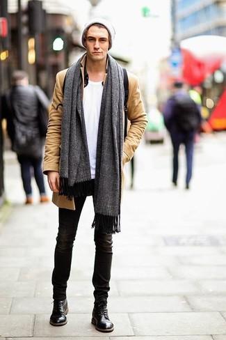 Grauen Schal kombinieren: Ein camel Mantel und ein grauer Schal sind eine großartige Outfit-Formel für Ihre Sammlung. Fühlen Sie sich ideenreich? Komplettieren Sie Ihr Outfit mit einer schwarzen Lederfreizeitstiefeln.