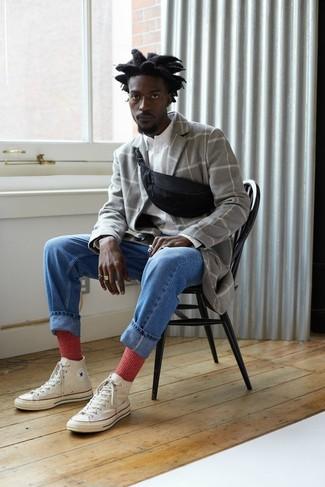 Rote Socken kombinieren: trends 2020: Ein grauer Mantel mit Karomuster und rote Socken sind eine gute Outfit-Formel für Ihre Sammlung. Weiße hohe Sneakers aus Segeltuch sind eine ideale Wahl, um dieses Outfit zu vervollständigen.