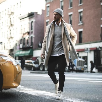 Wie kombinieren: beiger Mantel, weißes Langarmhemd, schwarze Jeans, weiße hohe Sneakers aus Leder