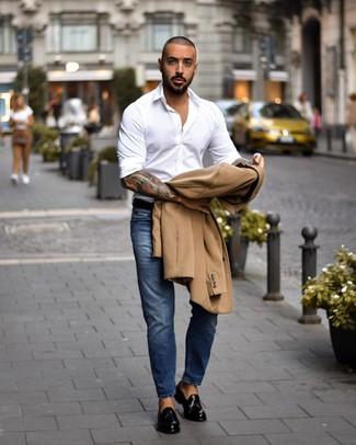 Wie kombinieren: camel Mantel, weißes Langarmhemd, blaue Jeans, schwarze Leder Slipper mit Quasten