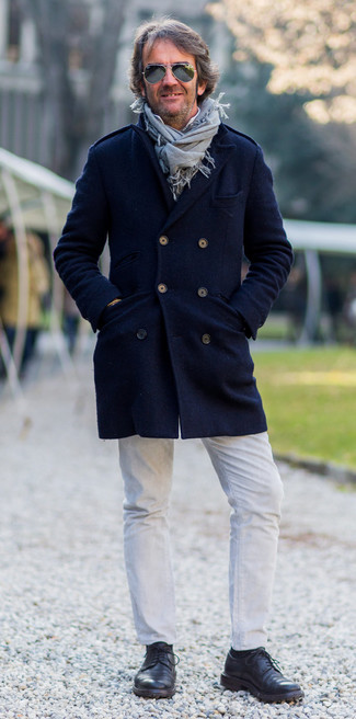 Weiße Jeans kombinieren: trends 2020: Erwägen Sie das Tragen von einem dunkelblauen Mantel und weißen Jeans, um einen modischen Freizeitlook zu kreieren. Heben Sie dieses Ensemble mit schwarzen Leder Derby Schuhen hervor.
