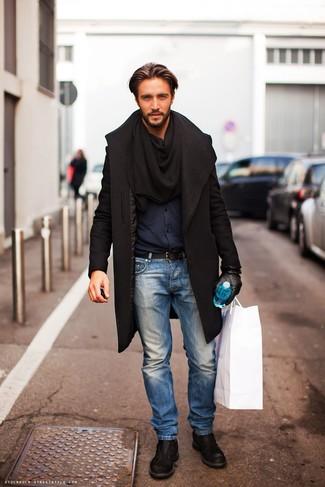 Dunkelblaues Langarmhemd kombinieren: Kombinieren Sie ein dunkelblaues Langarmhemd mit hellblauen Jeans für einen bequemen Alltags-Look. Heben Sie dieses Ensemble mit schwarzen Leder Derby Schuhen hervor.