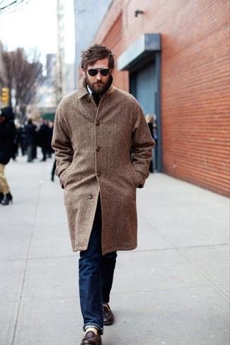 Herren Outfits & Modetrends: Kombinieren Sie einen braunen Mantel mit Fischgrätenmuster mit dunkelblauen Jeans, um einen modischen Freizeitlook zu kreieren. Dunkelbraune Leder Slipper mit Quasten putzen umgehend selbst den bequemsten Look heraus.