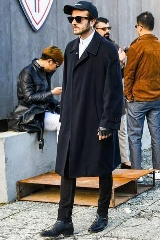 Schwarze Chelsea Boots aus Leder kombinieren: trends 2020: Tragen Sie einen dunkelblauen Mantel und schwarzen Jeans, um einen modischen Freizeitlook zu kreieren. Wählen Sie schwarzen Chelsea Boots aus Leder, um Ihr Modebewusstsein zu zeigen.