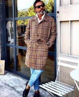 Hellblaue Jeans kombinieren – 294 Smart-Casual Herren Outfits: Kombinieren Sie einen camel Mantel mit Schottenmuster mit hellblauen Jeans, um einen modischen Freizeitlook zu kreieren. Fühlen Sie sich mutig? Ergänzen Sie Ihr Outfit mit dunkelblauen Leder Slippern.