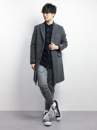 Dunkelgrauen Mantel kombinieren – 1200+ Herren Outfits: Paaren Sie einen dunkelgrauen Mantel mit einer grauen Jogginghose, um einen lockeren, aber dennoch stylischen Look zu erhalten. Fühlen Sie sich ideenreich? Vervollständigen Sie Ihr Outfit mit schwarzen und weißen Segeltuch niedrigen Sneakers.