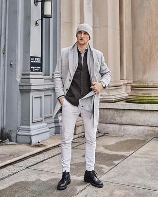 Grauen Schal kombinieren – 460 Herren Outfits: Kombinieren Sie einen grauen Mantel mit einem grauen Schal für einen entspannten Wochenend-Look. Machen Sie Ihr Outfit mit schwarzen Brogue Stiefeln aus Leder eleganter.