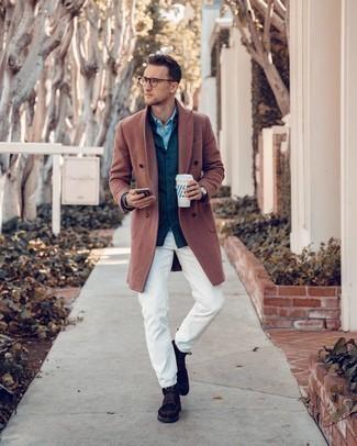 Weiße Jeans kombinieren – 761+ Herren Outfits: Entscheiden Sie sich für einen rotbraunen Mantel und weißen Jeans für Ihren Bürojob. Vervollständigen Sie Ihr Look mit einer dunkelbraunen Wildlederfreizeitstiefeln.
