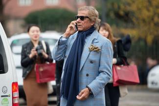 Wie kombinieren: hellblauer Mantel mit Schottenmuster, hellblaues Langarmhemd mit Vichy-Muster, dunkelblauer Schal, beige Wollhandschuhe