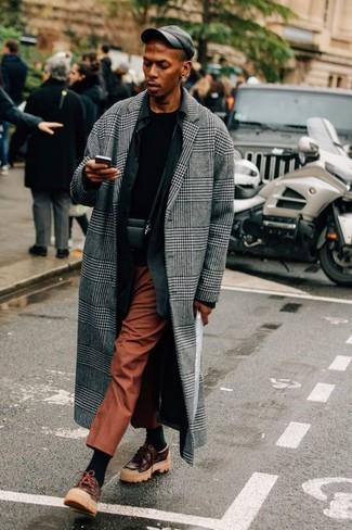 Wie kombinieren: grauer Mantel mit Schottenmuster, schwarzes Langarmhemd, schwarzes T-Shirt mit einem Rundhalsausschnitt, rotbraune Anzughose