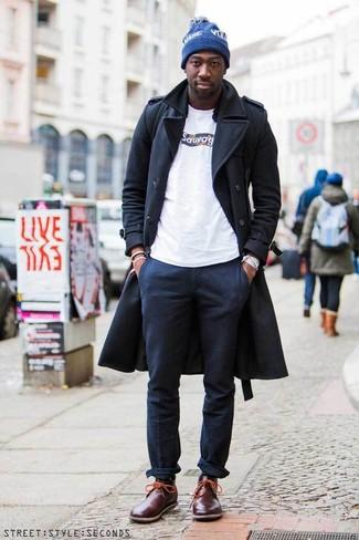 Dunkelblaue bedruckte Mütze kombinieren: trends 2020: Entscheiden Sie sich für einen dunkelgrauen Mantel und eine dunkelblaue bedruckte Mütze für einen entspannten Wochenend-Look. Fühlen Sie sich ideenreich? Vervollständigen Sie Ihr Outfit mit dunkelroten Chukka-Stiefeln aus Leder.