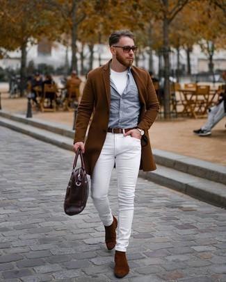 Dunkelbraune Shopper Tasche aus Leder kombinieren – 209 Herren Outfits: Ein brauner Mantel und eine dunkelbraune Shopper Tasche aus Leder sind eine kluge Outfit-Formel für Ihre Sammlung. Putzen Sie Ihr Outfit mit braunen Chelsea Boots aus Wildleder.