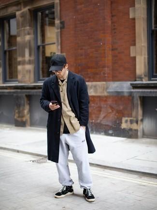 Schwarzes T-Shirt mit einem Rundhalsausschnitt kombinieren – 500+ Herren Outfits: Entscheiden Sie sich für Komfort in einem schwarzen T-Shirt mit einem Rundhalsausschnitt und einer grauen Jogginghose. Putzen Sie Ihr Outfit mit schwarzen und weißen Segeltuch niedrigen Sneakers.