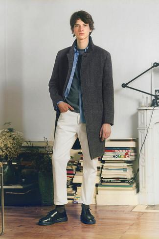 Teenager: Outfits Herren 2020: Erwägen Sie das Tragen von einem dunkelgrauen Mantel mit Hahnentritt-Muster und weißen Jeans, um einen eleganten, aber nicht zu festlichen Look zu kreieren. Vervollständigen Sie Ihr Outfit mit schwarzen Leder Derby Schuhen, um Ihr Modebewusstsein zu zeigen.