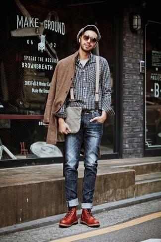 Etwas Einfaches wie die Paarung aus einem braunen Mantel und dunkelblauen Jeans kann Sie von der Menge abheben. Dieses Outfit passt hervorragend zusammen mit dunkelroten Lederstiefeln.