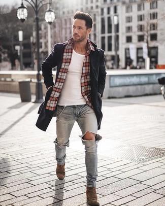 Wie kombinieren: schwarzer Mantel, rotes Langarmhemd mit Schottenmuster, weißes Trägershirt, hellblaue enge Jeans mit Destroyed-Effekten