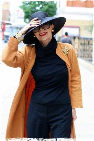 Wie kombinieren: orange Mantel, schwarzes Langarmshirt, schwarze Anzughose, schwarzer Hut