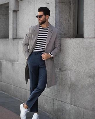 Wie kombinieren: grauer vertikal gestreifter Mantel, schwarzes und weißes horizontal gestreiftes Langarmshirt, dunkelgraue Anzughose mit Karomuster, weiße Leder niedrige Sneakers