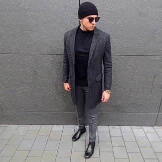 Wie kombinieren: dunkelgrauer Mantel, schwarzes Langarmshirt, graue Wollanzughose, schwarze Chelsea-Stiefel aus Leder