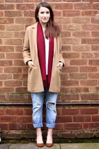 Wie kombinieren: beige Mantel, weißes Langarmshirt, hellblaue Boyfriend Jeans mit Destroyed-Effekten, braune Wildleder Pumps