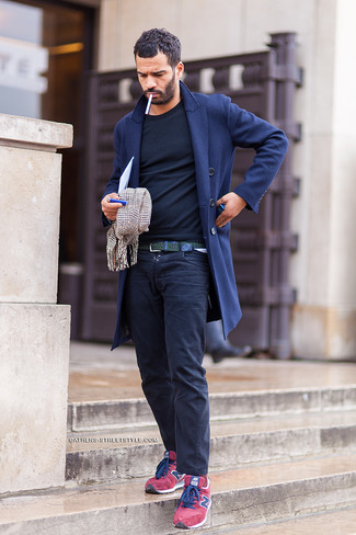 Wie kombinieren: dunkelblauer Mantel, schwarzes Langarmshirt, dunkelblaue Chinohose, rote Wildleder niedrige Sneakers