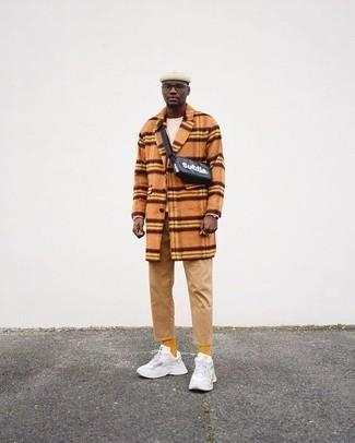 Schwarze Leder Bauchtasche kombinieren – 26 Herren Outfits: Ein orange Mantel und eine schwarze Leder Bauchtasche sind eine perfekte Wochenend-Kombination. Suchen Sie nach leichtem Schuhwerk? Vervollständigen Sie Ihr Outfit mit weißen Sportschuhen für den Tag.