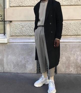 kühl Wetter Outfits Herren 2021: Kombinieren Sie einen schwarzen Mantel mit einer grauen Chinohose mit Karomuster, um einen modischen Freizeitlook zu kreieren. Bringen Sie die Dinge durcheinander, indem Sie weißen Sportschuhe mit diesem Outfit tragen.