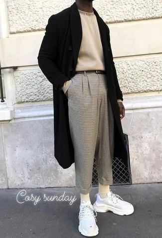 Herren Outfits 2021: Paaren Sie einen schwarzen Mantel mit einer grauen Chinohose mit Karomuster für einen für die Arbeit geeigneten Look. Suchen Sie nach leichtem Schuhwerk? Vervollständigen Sie Ihr Outfit mit weißen Sportschuhen für den Tag.