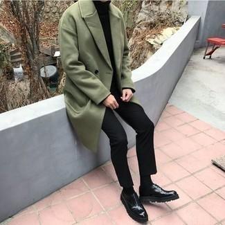 Herren Outfits 2021: Stechen Sie unter anderen modebewussten Menschen hervor mit einem olivgrünen Mantel und einer schwarzen Chinohose. Komplettieren Sie Ihr Outfit mit schwarzen klobigen Leder Oxford Schuhen, um Ihr Modebewusstsein zu zeigen.