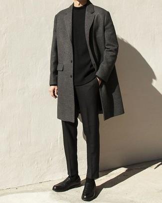 Überzug kombinieren – 500+ Herren Outfits: Entscheiden Sie sich für einen Überzug und eine schwarze Chinohose für Drinks nach der Arbeit. Schwarze Leder Slipper bringen klassische Ästhetik zum Ensemble.