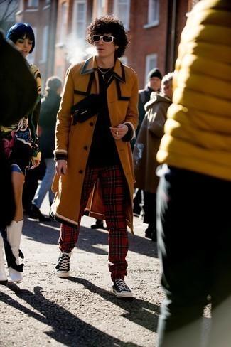 Dunkelbraune Sonnenbrille kombinieren – 500+ Herren Outfits: Erwägen Sie das Tragen von einem rotbraunen Mantel und einer dunkelbraunen Sonnenbrille für einen entspannten Wochenend-Look. Schwarze und weiße hohe Sneakers aus Segeltuch sind eine kluge Wahl, um dieses Outfit zu vervollständigen.