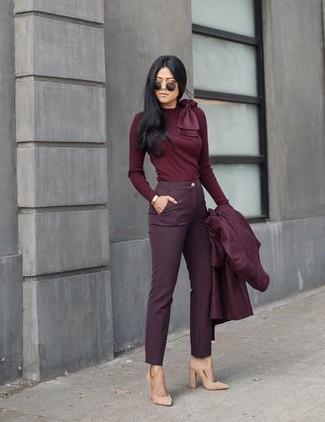Dunkelroten Mantel kombinieren – 173 Damen Outfits: Wenn Sie ein frischen, legeres Outfit erzeugen möchten, bleiben ein dunkelroter Mantel und eine dunkelrote enge Hose ein ewiger Klassiker. Komplettieren Sie Ihr Outfit mit hellbeige Wildleder Pumps.
